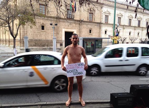 Un rom din România a protestat în pielea goală în fața Parlamentului din Andaluz