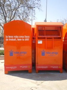 Barcelona:  Trei români prinși în timp ce furau haine donate