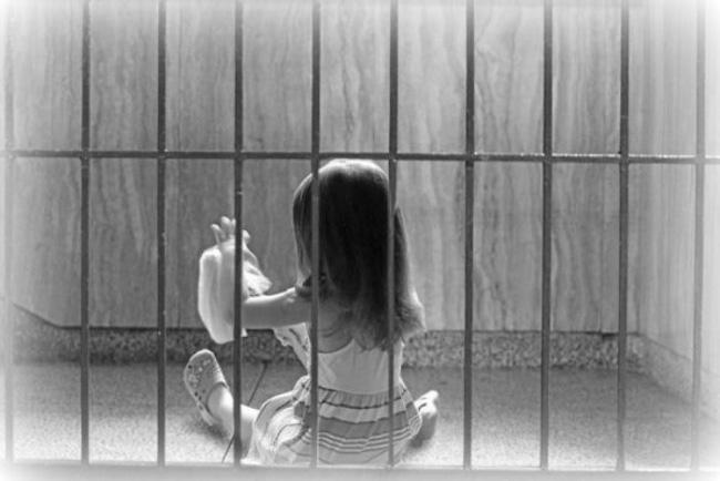 Cinci românce își cresc copiii în închisori din Europa