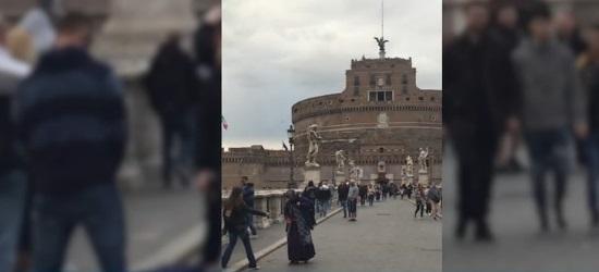 VIDEO! Inspirat de suporterii olandezi! Un fan ceh a urinat pe o cerșetoare, la Roma