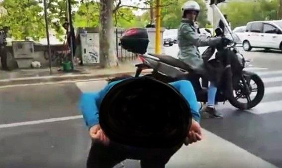 Video – Și-a dat chiloții jos în fața trecătorilor. O femeie de etnie romă a oripilat o stradă întreagă