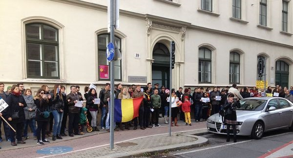 Protest la Viena împotriva taxelor exagerate și a serviciilor consulare deficitare