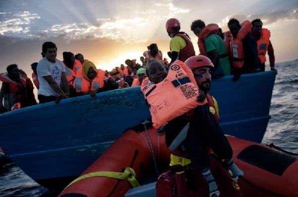 """VIDEO. Șocant! Moarte în masă pe Marea Mediterană. """"Stăteau pe corpurile imigranților morți"""""""