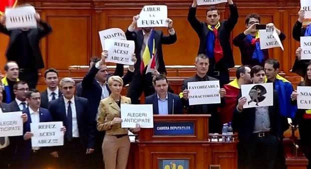 """USR și PNL, protest  în plenul Camerei Deputaţilor. """"Nu legalizați furtul în România!"""""""