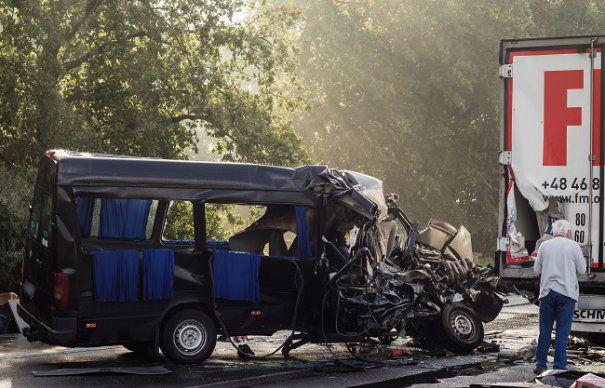 Video Accident Grav In Ungaria Intre Un Microbuz Care Venea Din Anglia Si Un