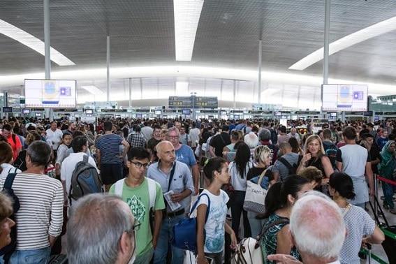 Haos pe aeroportul din Barcelona din cauza grevei personalului de securitate. Peste un milion de pasageri pot fi afectați
