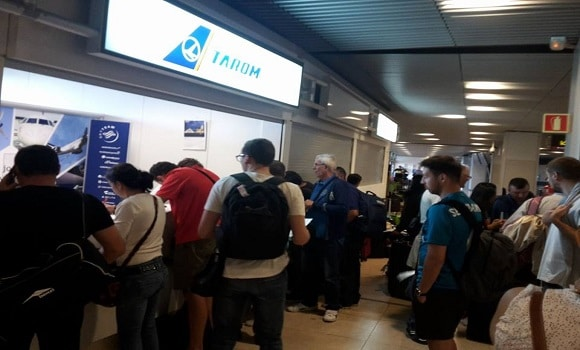 Compania Tarom își bate joc de români. 100 de pasageri abandonați de aproape 12 de ore în Aeroportul din Madrid